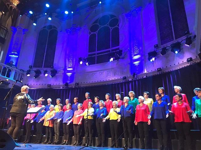 """Korendagen Paradiso 18 januari 2020: in 2 dagen 128 koren, wat een spektakel! 14.30 u, we worden aangekondigd """"De Colores uit Woerden, wat zien jullie er fleurig uit!!"""" We hebben een medley van Songfestivalnummers gezongen met o.a.  Arcade, Dingedong, Troubadour en Waterloo. Daarna afgesloten met 'I have a dream'. Heerlijk gezongen en met een groot applaus namen we afscheid. Het was top!"""